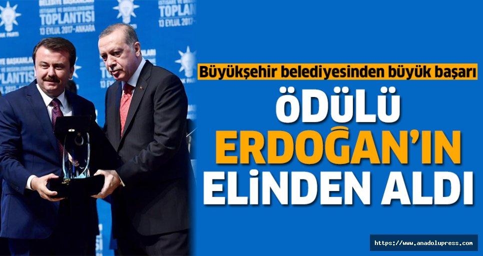 Ödülü, Erdoğan'ın elinden aldı