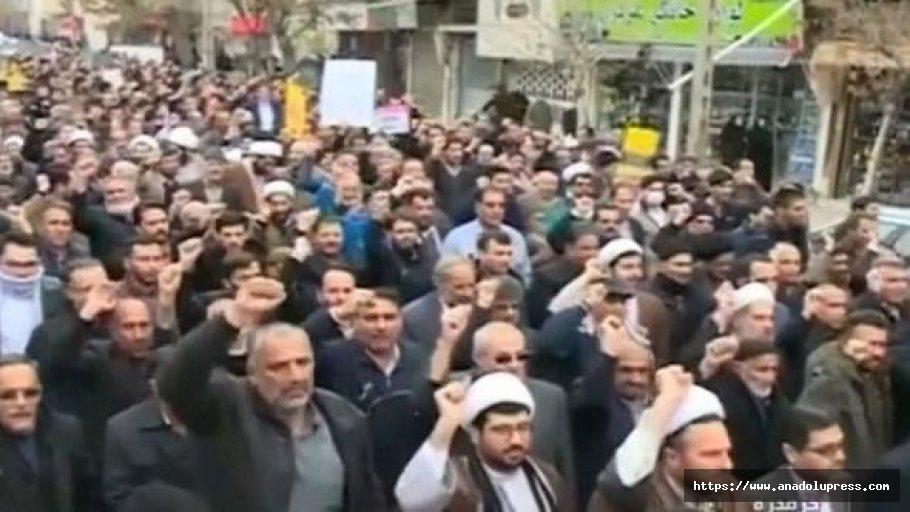 İran'da On Binler Sokaklara İndi