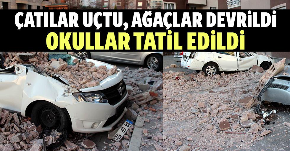 Kayseri'de çatılar uçtu, ağaçlar devrildi, okullar tatil edildi