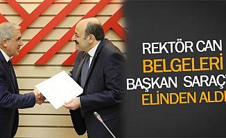 Rektör Can Belgeleri Başkan Saraç'ın Elinden Aldı
