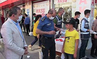 Kahramanmaraş Emniyet Müdürü maske dağıttı