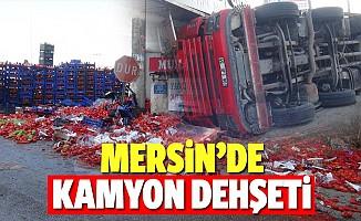 Mersin'de markete çarpan sebze yüklü kamyon devrildi